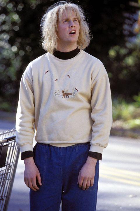 Harry (Derek Richardson) wurde bisher von seiner Mutter zu Hause unterrichtet. Jetzt braucht er an seinen ersten Highschooltagen einen Führer: Lloy... - Bildquelle: Warner Bros.
