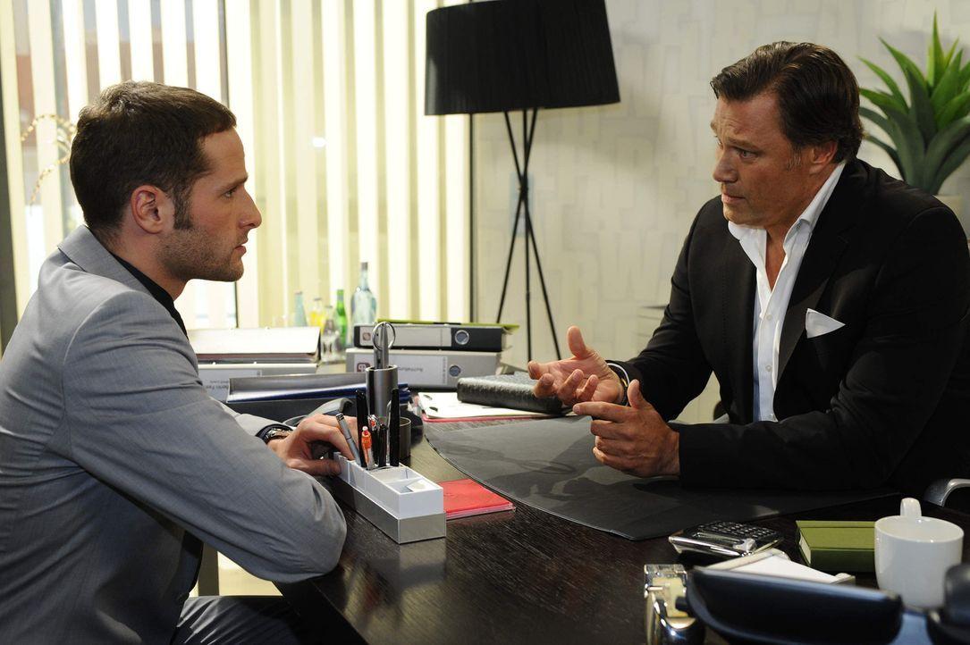 David (Lee Rychter, l.) gesteht Richard (Robert Jarczyk, r.), dass Nataschas Kind von ihm ist ... - Bildquelle: SAT.1