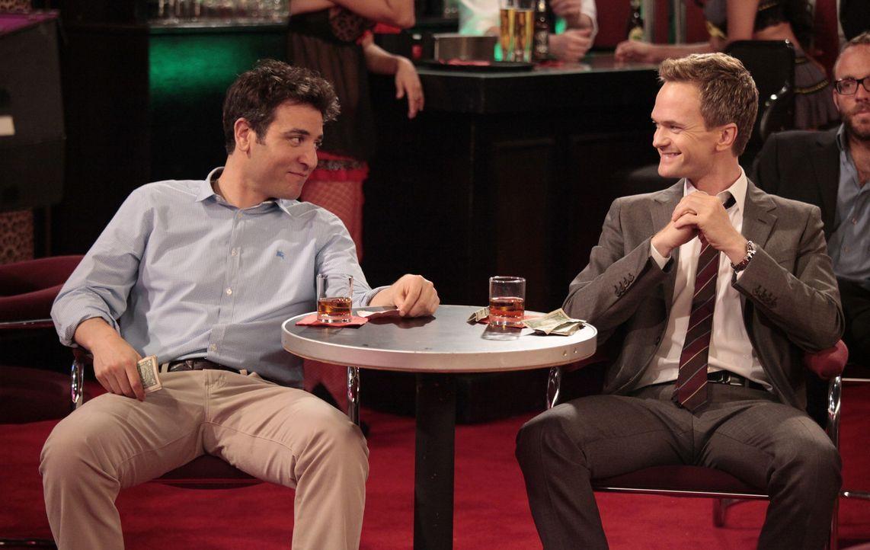 Bei einem Ausflug in einen Stripclub, treffen Ted (Josh Radnor, l.) und Barney (Neil Patrick Harris, r.) auf Quinn - doch was macht sie dort nur? - Bildquelle: 20th Century Fox International Television