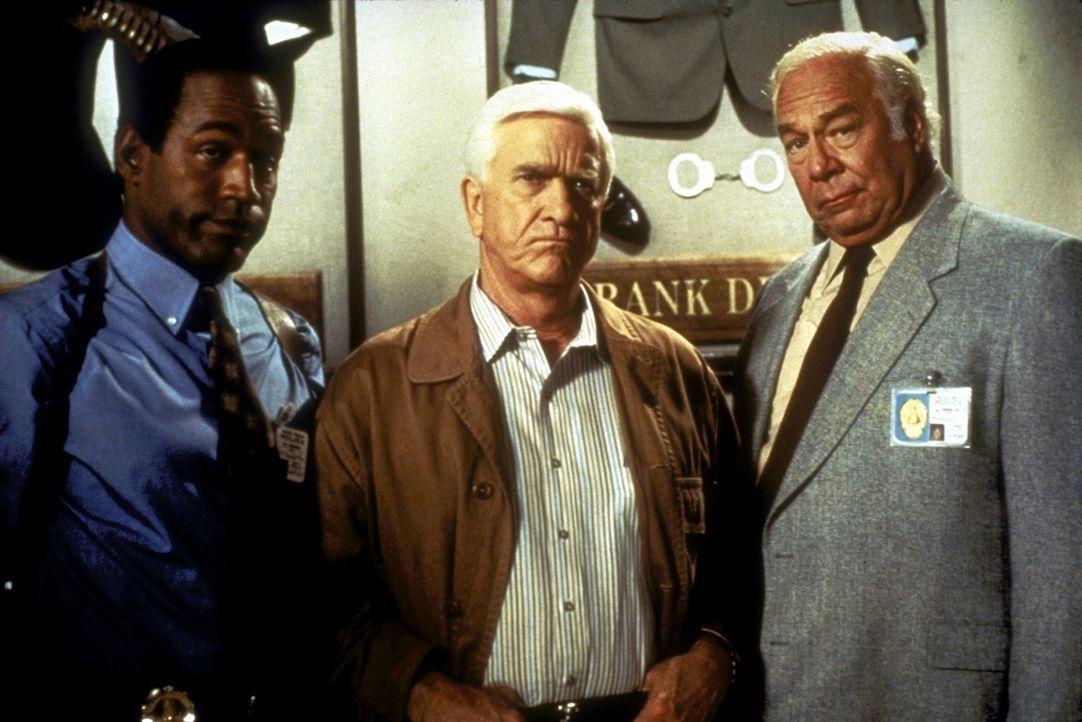 Nordberg (O. J. Simpson, l.) und Captain Hocken (George Kennedy, r.) können Frank (Leslie Nielsen, M.) überreden, ein letztes Mal für die Polizei... - Bildquelle: Paramount Pictures