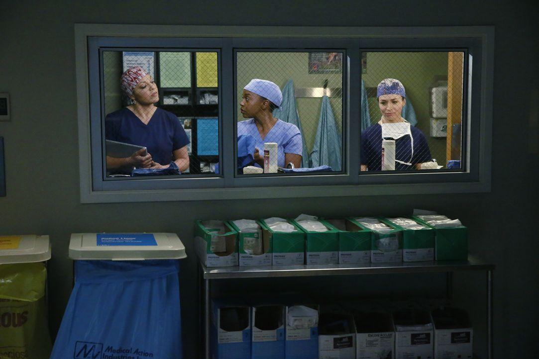 Sind schockiert über den Tod von Derek: Callie (Sara Ramirez, l.), Stephanie (Jerrika Hinton, M.) und Amelia (Caterina Scorsone, r.) ... - Bildquelle: ABC Studios