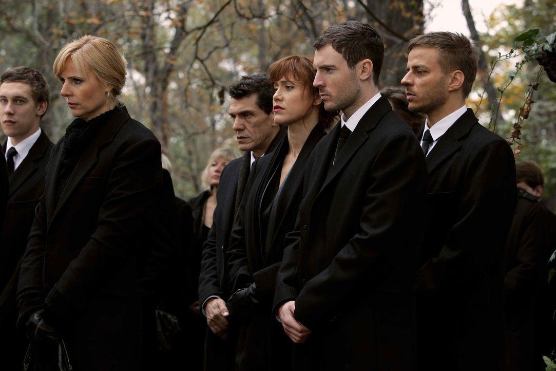 Tief betroffen nimmt das Team an der Beerdigung teil. - Bildquelle: 2013 Tandem Productions GmbH, TF1 Production SAS. All rights reserved