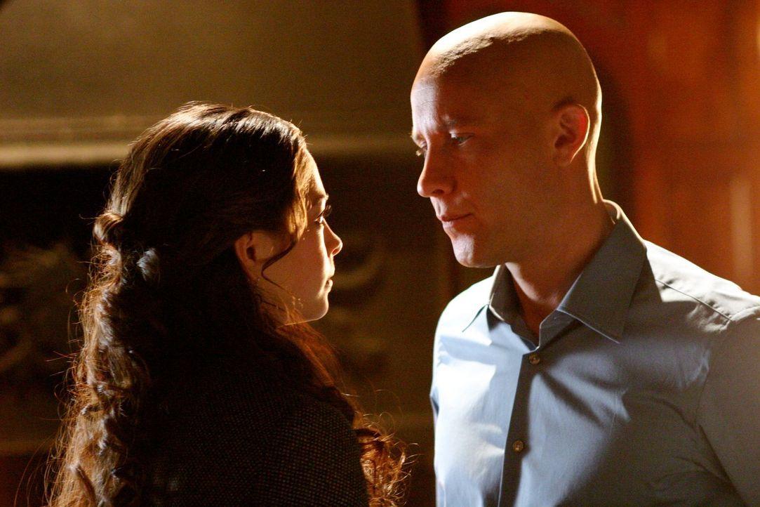 Immer noch von der Trennung von Clark traumatisiert, kommt Lana (Kristin Kreuk, l.) Lex (Michael Rosenbaum, r.) näher ... - Bildquelle: Warner Bros.