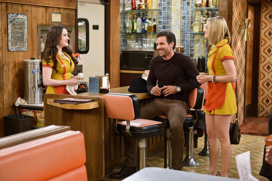 Randy (Ed Quinn, M.) lädt Max (Kat Dennings, l.) und Caroline (Beth Behrs, r.) zu einem Dinner in einem angesagten Restaurant ein, um dort potenziel... - Bildquelle: 2016 Warner Brothers