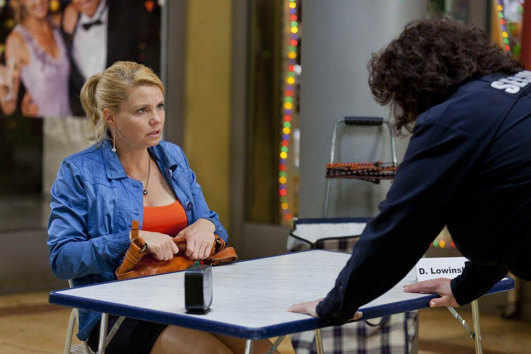 Während Danni (Annette Frier, l.) Interesse an Josh zeigt, hat die neue Security-Frau Svenja (Sabine Orléans, r.) ein Problem mit ihm, denn Josh f... - Bildquelle: SAT.1