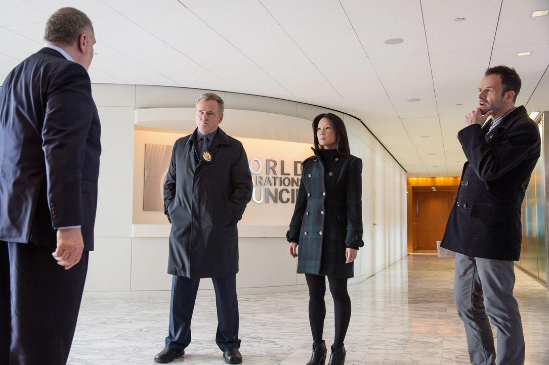 Was hat der dubiose Kunsthändler Jacob Weiss (Richard Masur, l.) mit dem Mord an einem Finanzmanager zu tun? Gregson (Aidan Quinn, 2.v.l.), Watson (... - Bildquelle: CBS Television