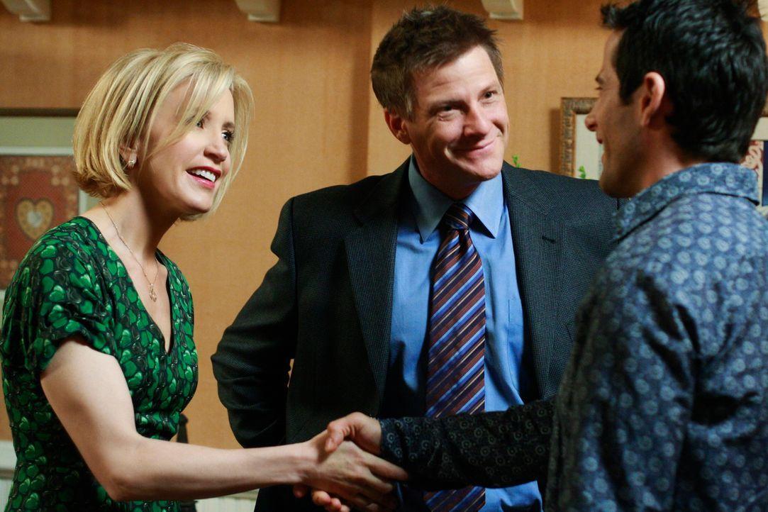 Tom (Doug Savant, M.) trifft auf Susans Party seinen alten Klassenkameraden Bill (Todd Cahoon, r.) wieder. Als er ihn Lynette (Felicity Huffman, l.)... - Bildquelle: ABC Studios