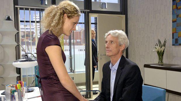 Robert (Mathieu Carrière, r.) teilt Maja (Barbara Lanz, l.) mit, dass er die...