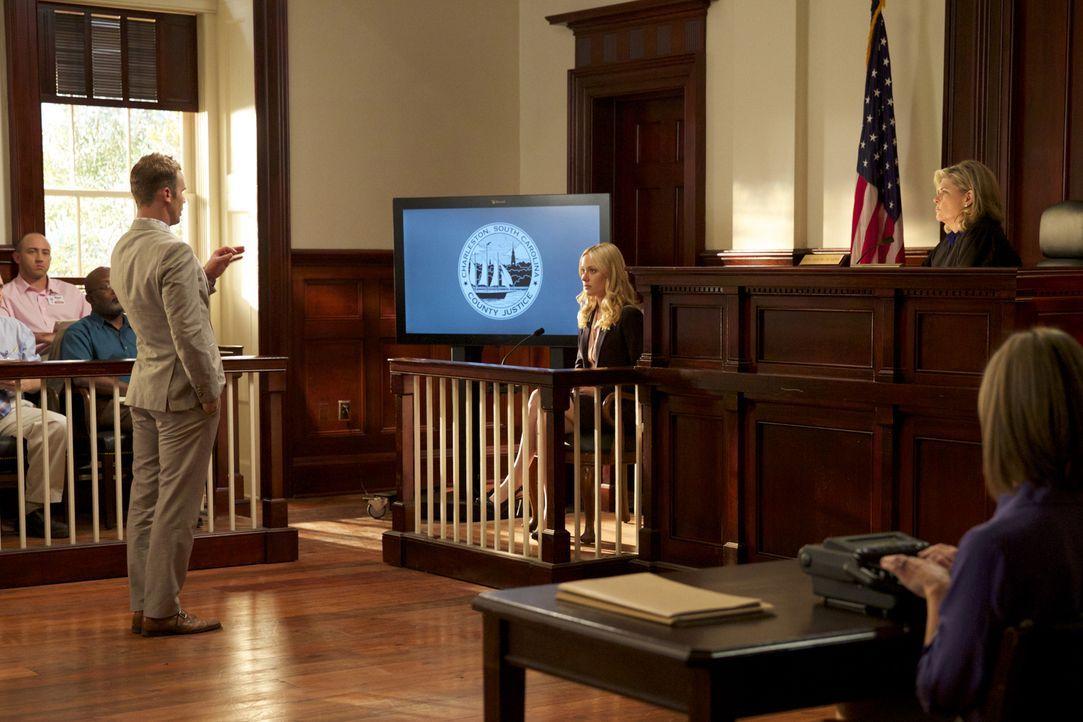 Roy (Cam Gigandet, l.) nimmt Lee Anne (Georgina Haig, M.) ins Fadenkreuz. Wird Richterin Moss (Debra Monk, r.) auch peinliche Beweismittel zulassen? - Bildquelle: 2013 CBS BROADCASTING INC. ALL RIGHTS RESERVED.