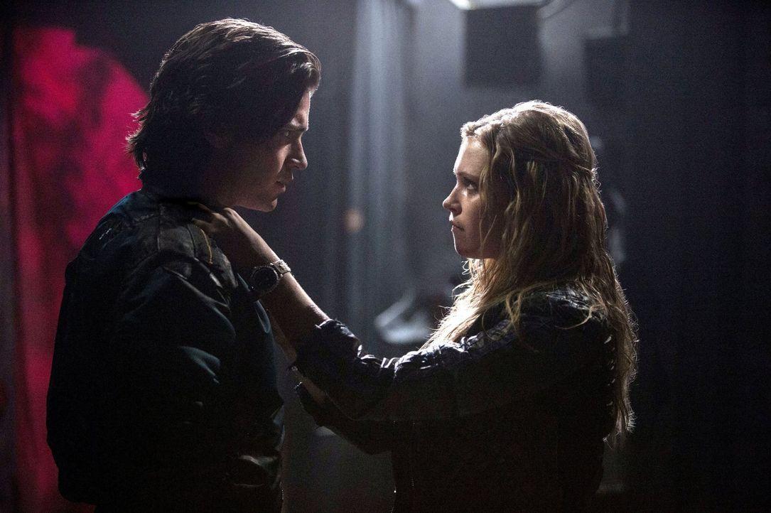 Clarke (Eliza Taylor, r.) gibt keinen ihrer Freunde auf, auch Finn (Thomas McDonell, l.) nicht ... - Bildquelle: 2014 Warner Brothers
