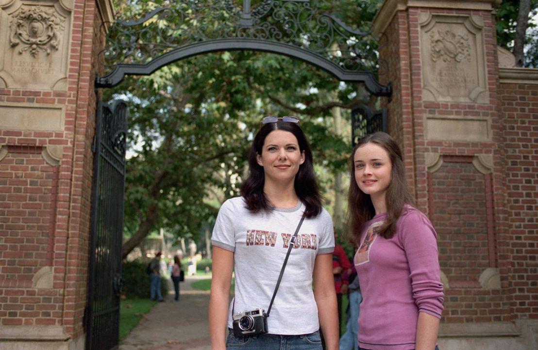 Auf ihrer Reise nach Harvard stellt Rory (Alexis Bledel, r.) ihre Mutter bezüglich der geplatzten Hochzeit zur Rede, woraufhin Lorelais (Lauren Grah... - Bildquelle: 2001 Warner Bros. Entertainment, Inc.