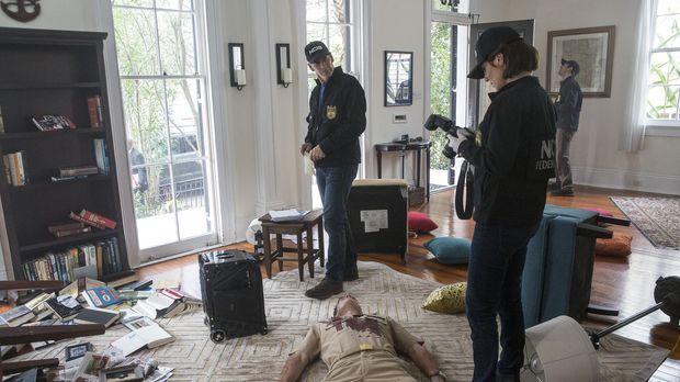 Captain James Grant (Clay Edmund Kraski, liegend) wurde während er im Radio z...
