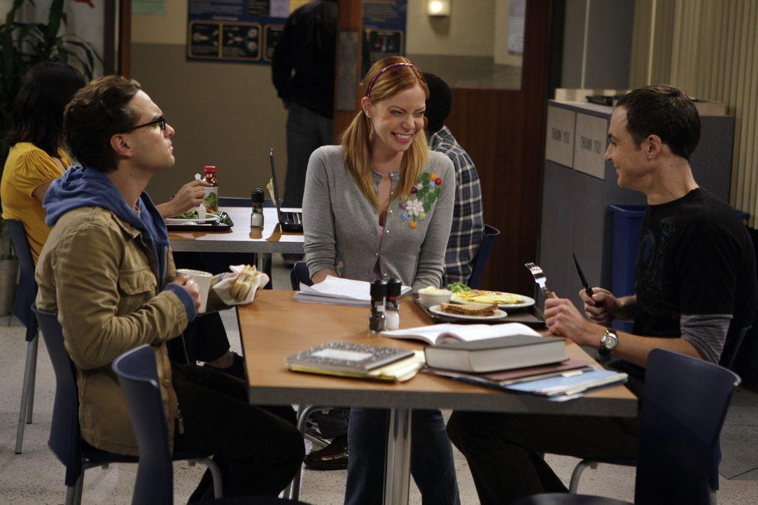 Ein Vortrag von Leonard (Johnny Galecki, l.) und Sheldon (Jim Parsons, r.) vor Studenten führt dazu, dass sich die Studentin Ramona (Riki Lindhome,... - Bildquelle: Warner Bros. Television