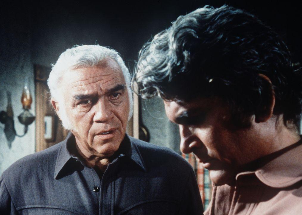Little Joe Cartwright (Michael Landon, r.) ist zutiefst betrübt, weil seine Frau ermordet wurde. Sein Vater Ben (Lorne Greene, l.) versucht, ihm Tro... - Bildquelle: Paramount Pictures