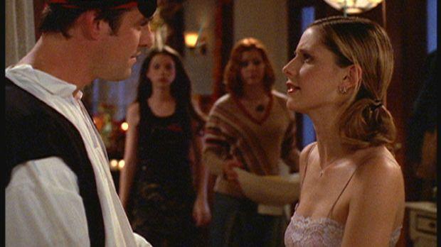 Xander (Nicholas Brendon, l.) beichtet Buffy (Sarah Michelle Gellar, r.) von...