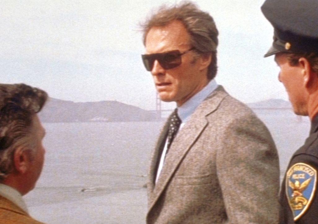 Harry Callahan (Clint Eastwood, M.) wird in die Kleinstadt San Paolo strafversetzt ... - Bildquelle: Warner Bros.
