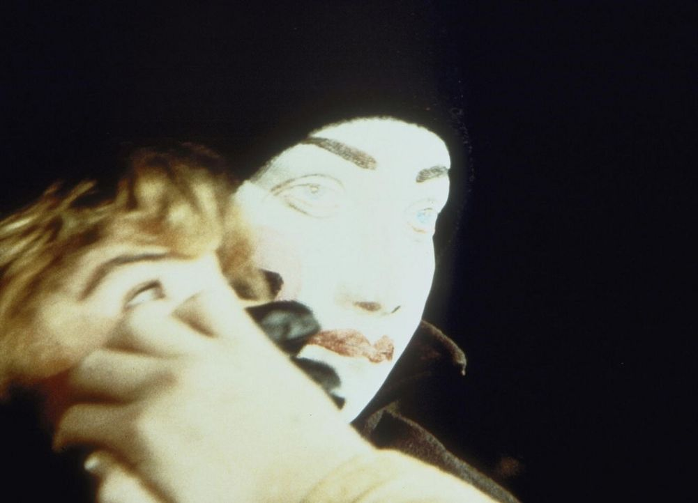Sylvia Webb (Olivia Barash, l.) wird im Wald von einem Unbekannten (Richard Jaeckel, r.) überfallen und schließlich vergewaltigt. - Bildquelle: Worldvision