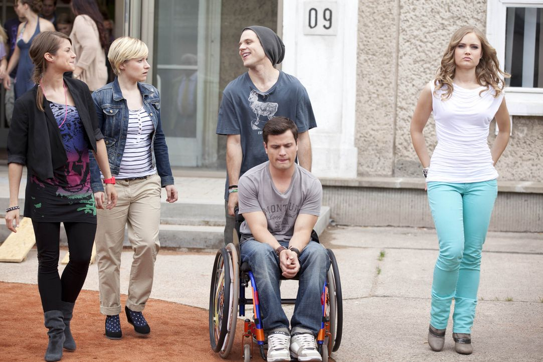 Timo sieht keinen Sinn mehr für sich in der STAG. (v.l.n.r.) Jenny (Lucy Scherer), Emma (Kasia Borek), Bodo (Frank Ziegler), Timo (Rocco Stark) und... - Bildquelle: SAT.1