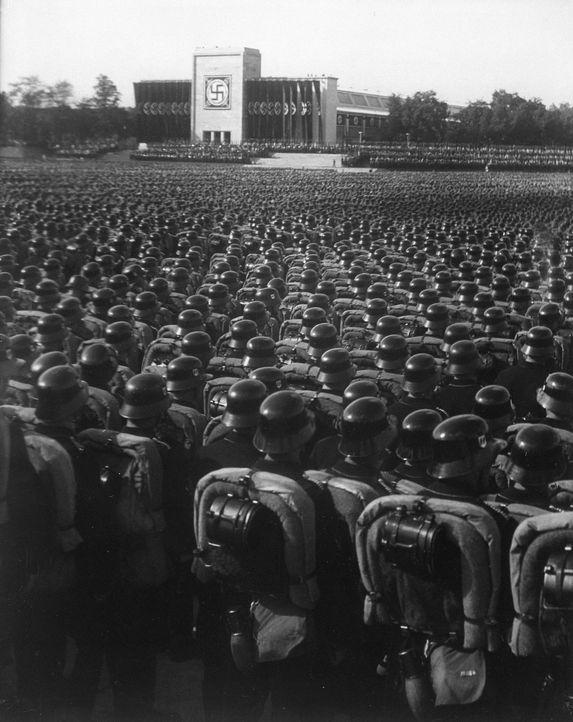 Diese Dokumentation geht der Frage nach, warum unterstützten Millionen Menschen Adolf Hitler und seine Politik. Mit historischem Filmmaterial, Zeitz... - Bildquelle: US National Archives