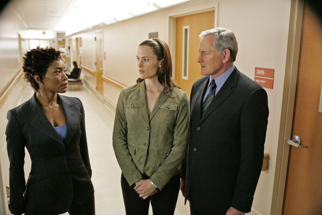 Versuchen, Elena zu finden: CIA Director Hayden Chase (Angela Bassett, l.), Sydney (Jennifer Garner, M.) und Jack (Victor Garber, r.) ... - Bildquelle: Touchstone Television