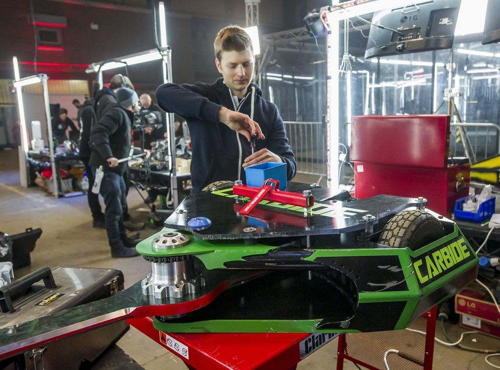 Der Roboter von Team Carbide bekommt den letzten Schliff. Welche Tricks wird er in der Arena zeigen, um die gegnerischen Konstruktionen zu demolieren? - Bildquelle: Alan Peebles