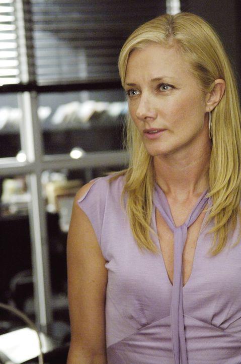 Weiß nicht mehr, ob sie an die Unschuld von Christian glauben kann: Julia (Joely Richardson) ... - Bildquelle: TM and   2005 Warner Bros. Entertainment Inc. All Rights Reserved.