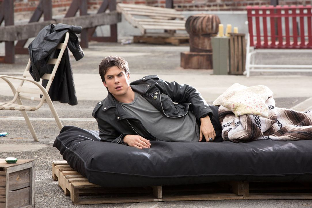 Damon im Bett - Bildquelle: Warner Bros. Entertainment Inc.