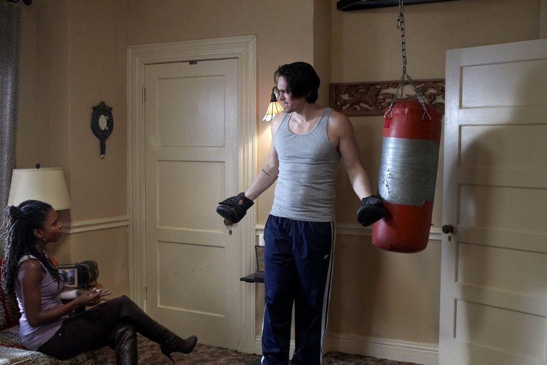 Während Pflegekind Ethel das ganze Haus putzt, diskutieren Kevin (Steve Howey, r.) und Veronica (Shanola Hampton, l.) noch darüber, wie sie mit der... - Bildquelle: 2010 Warner Brothers