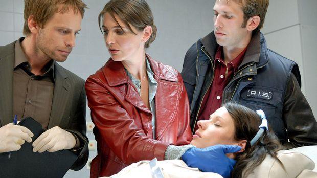 In einem Krankenhaus wird eine Nachtschwester (Sandra Mittelstädt, liegend) t...