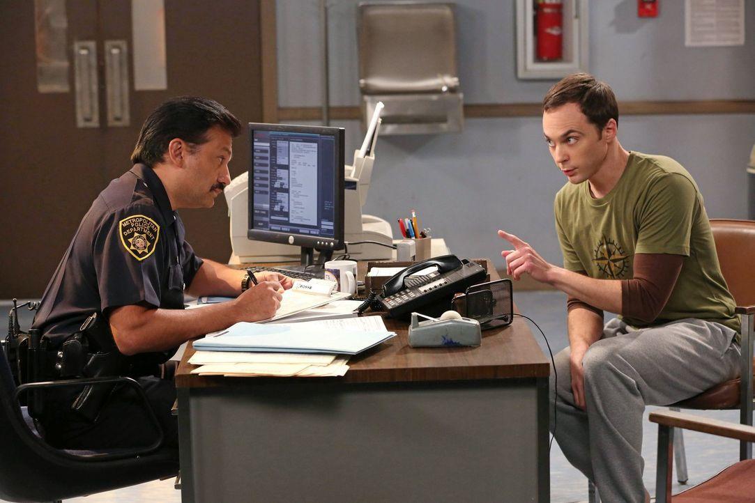 Sheldon (Jim Parsons, r.) strandet an einem Bahnhof in Arizona, da ihm im Schlafwagen all seine Sachen geklaut wurden. Erst als er von der Polizei (... - Bildquelle: Warner Brothers