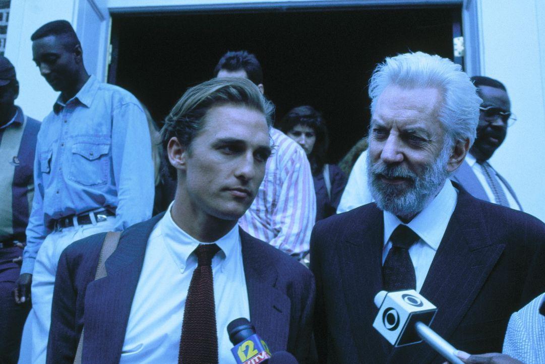 Der junge, noch unerfahrene Anwalt Jake Brigance (Matthew McConaughey, l.) übernimmt unter Anleitung des gewieften Anwalts Lucien Wilbanks (Donald... - Bildquelle: Warner Bros.