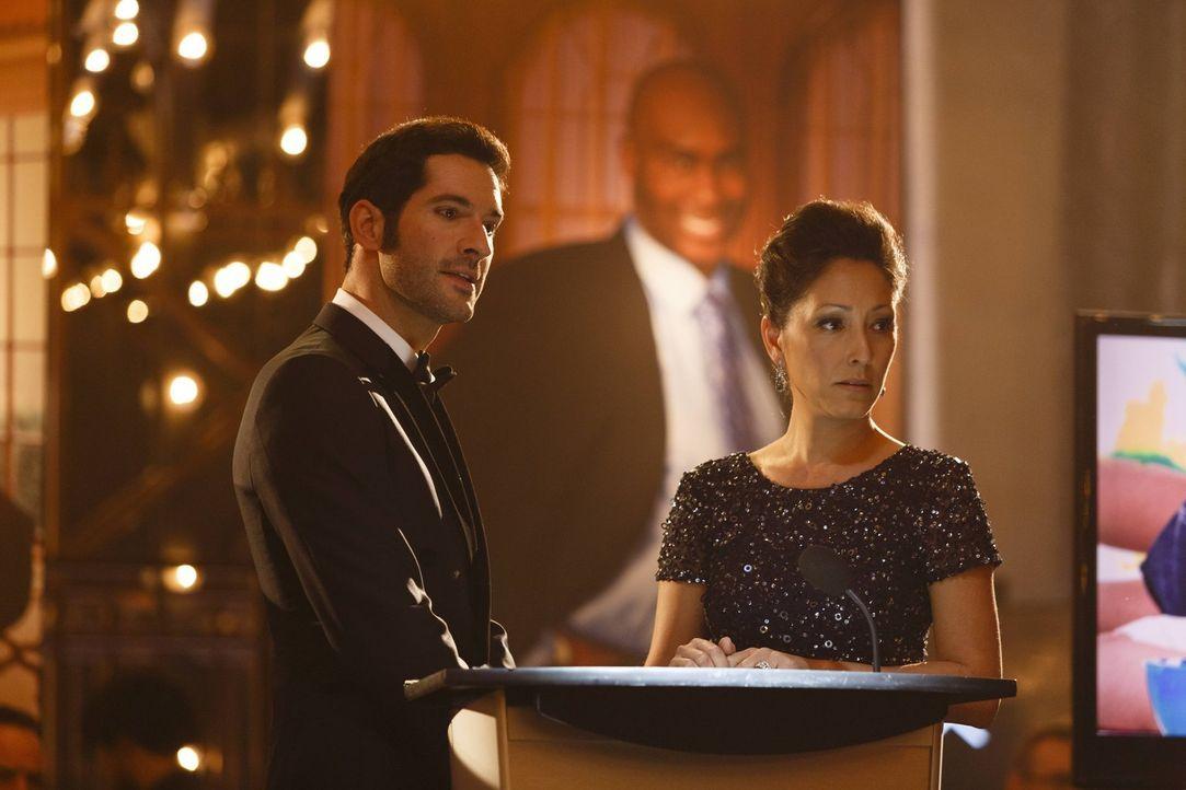 Um seinem plötzlichen Wohltätigkeits-Rausch zu frönen, bietet Lucifer (Tom Ellis, l.) Vanessa Dunlear (Christina Chang, r.), der Witwe eines ermorde... - Bildquelle: 2016 Warner Brothers