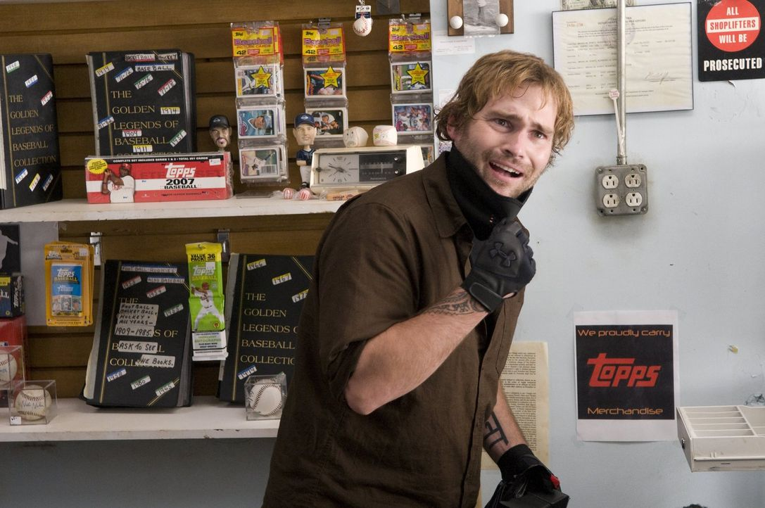 Der Kleinganove Dave (Seann William Scott) bricht in ein Sportgeschäft ein und stiehlt ausgerechnet die Baseballsammelkarte, die der Cop Jimmy verka... - Bildquelle: 2010 Warner Bros.