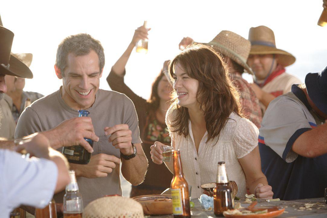 Ausgerechnet in den Flitterwochen lernt Eddie (Ben Stiller, l.) die wunderschöne Miranda (Michelle Monaghan, r.) kennen. Doch wie soll er seine Fra... - Bildquelle: DREAMWORKS LLC. ALL RIGHTS RESERVED.