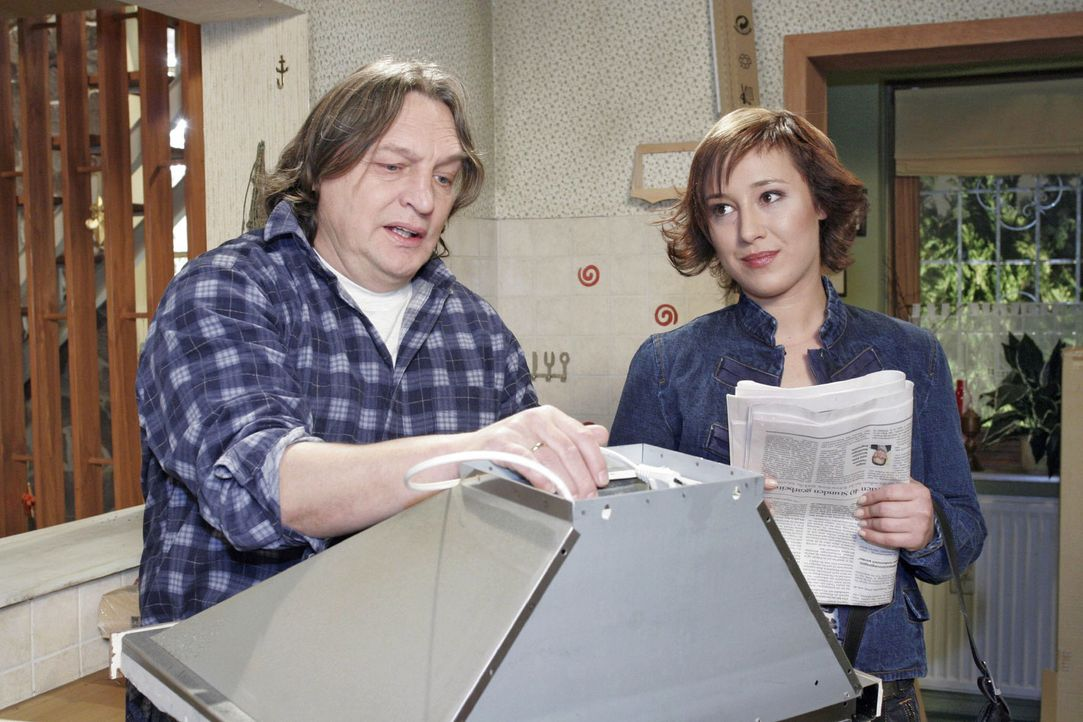 Der verzweifelte, arbeitslose Bernd (Volker Herold, l.) spricht mit Yvonne (Bärbel Schleker, r.) darüber, ob er den Autokauf wieder rückgängig machen könne. Yvonne muss ihn enttäuschen ...