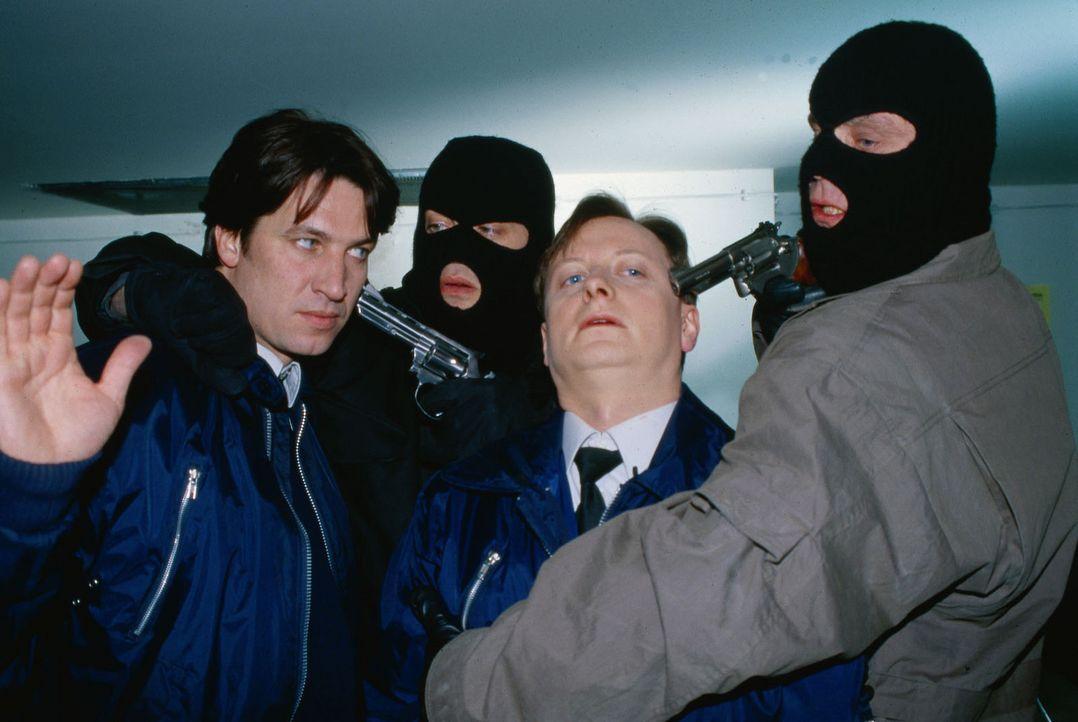 Kommissar Moser (Tobias Moretti, l.) und Christian Böck (Heinz Weixelbraun, 2.v.r.) ermitteln undercover im Berufsumfeld des Verdächtigen Josef No... - Bildquelle: Sat.1