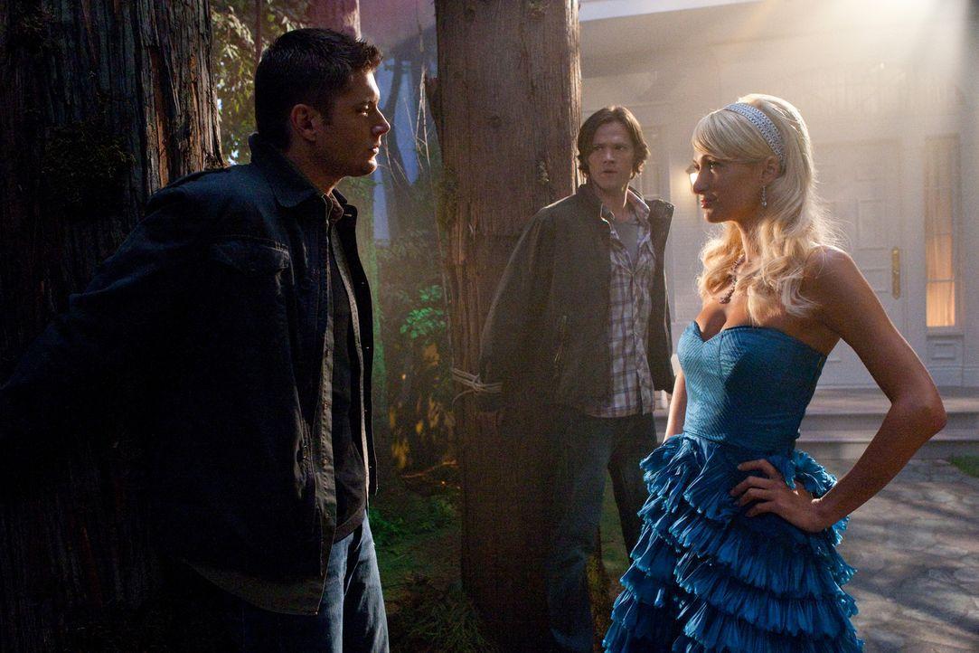 Sam (Jared Padalecki, M.) und Dean Winchester (Jensen Ackles, l.) kommen in eine Stadt, wo Menschen auf mysteriöse Weise sterben, ermordet von ber - Bildquelle: Warner Bros. Television