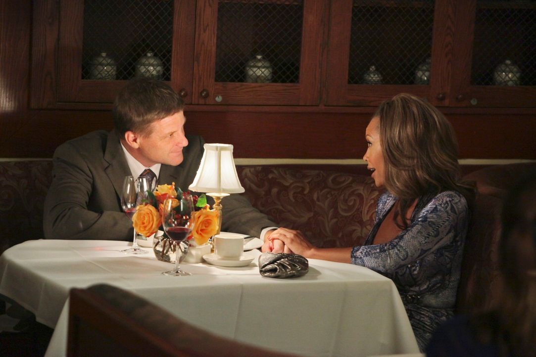 Haben ein Geheimnis vor Lynette: Tom (Doug Savant, l.) und Renee (Vanessa Williams, r.) ... - Bildquelle: ABC Studios
