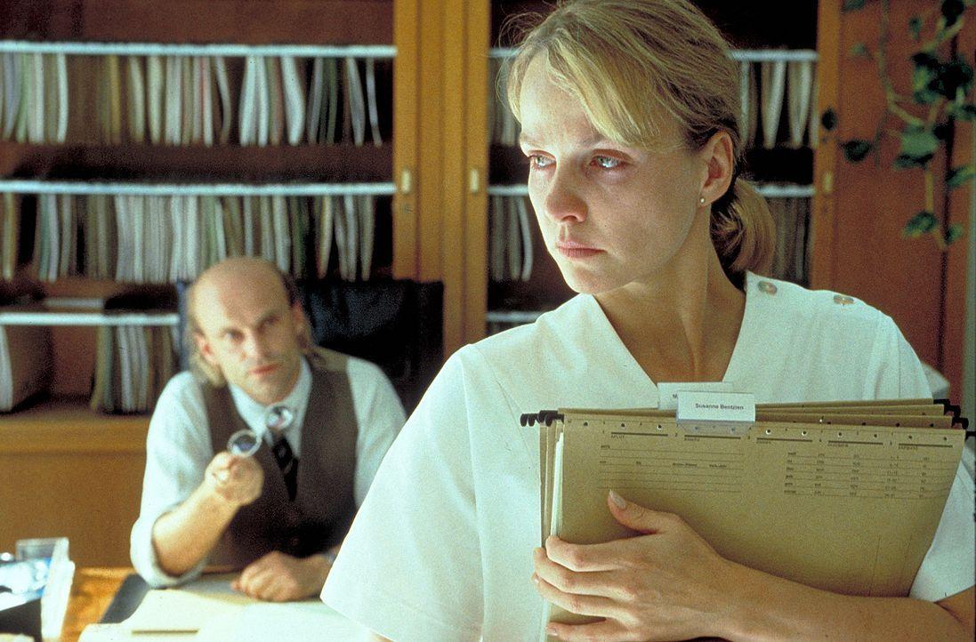Dr. Balder (Alexander Radzun, l.) teilt Lena Hartmann (Claudia Messner, r.) mit, dass es für ihre an Leukämie erkrankte Schwester Meike nur eine Cha... - Bildquelle: A. Kiermeier ProSieben