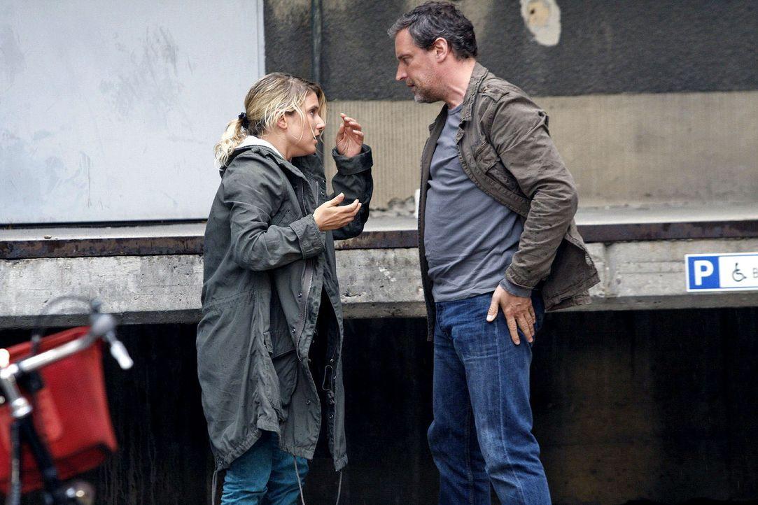 Anna (Jeanette Biedermann, l.) wird plötzlich von einem Unbekannten (Wolfgang Wagner, r.) gerettet, der genauso schnell wieder verschwindet, wie er... - Bildquelle: Noreen Flynn Sat.1