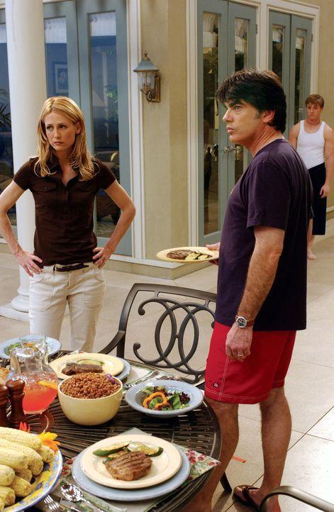 Da Kirsten (Kelly Rowan, l.) verlangt, dass Ryan (Benjamin McKenzie, r.) das Haus verlässt, will Sandy (Peter Gallagher, M.) Ryan in einer sozialen... - Bildquelle: Warner Bros. Television