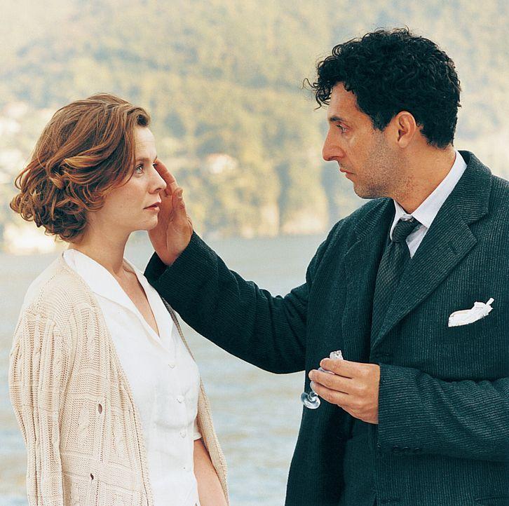 In Lushins (John Turturro, r.) Leben, das von seiner Besessenheit für Schach geprägt ist, taucht plötzlich Natalia (Emily Watson, l.) auf, eine b... - Bildquelle: 2003 Sony Pictures Television International. All Rights Reserved.