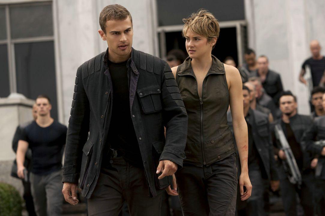 """Tris (Shailene Woodley) und Four (Theo James) wollen herausfinden, wieso """"Ken"""" ausgerechnet hinter ihnen her ist. - Bildquelle: 2014 Concorde Filmverleih GmbH"""