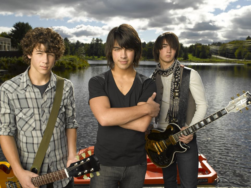 "Um wieder etwas Bodenhaftung zu erhalten, sollen die ""Jonas Brothers"" (v.l.n.r.) Nate (Nick Jonas), Shane Gray (Joe Jonas) und Jason (Kevin Jonas) a... - Bildquelle: 2007 DISNEY CHANNEL. All rights reserved."