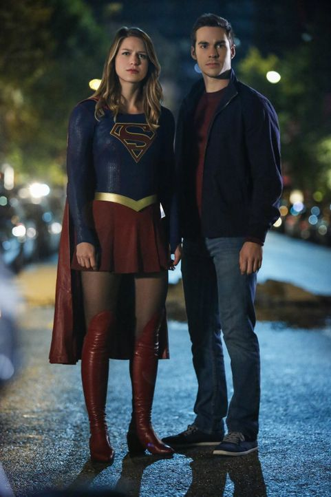 Werden sich Supergirl (Melissa Benoist, l.) und ihr Lehrling Mon-El (Chris Wood, r.) doch noch vertragen? - Bildquelle: 2016 Warner Bros. Entertainment, Inc.
