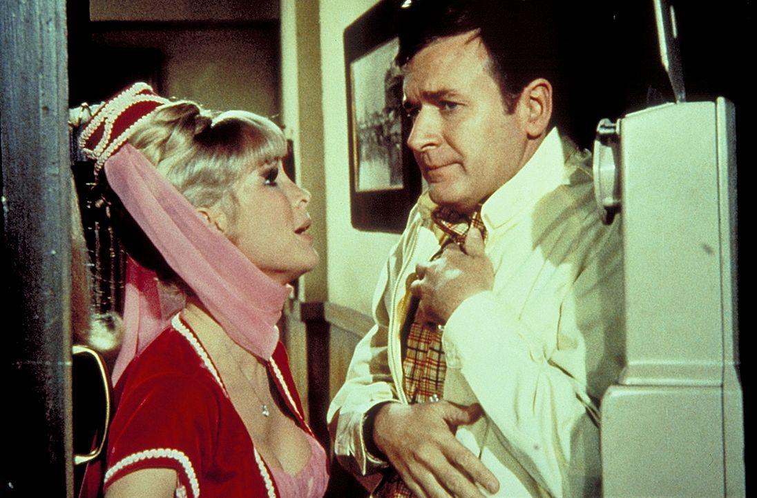 Tony ist in Clarkstone unschuldig eingesperrt worden. Jeannie (Barbara Eden, l.) und Roger (Bill Daily, r.) bemühen sich, ihn so schnell wie möglich zu befreien.