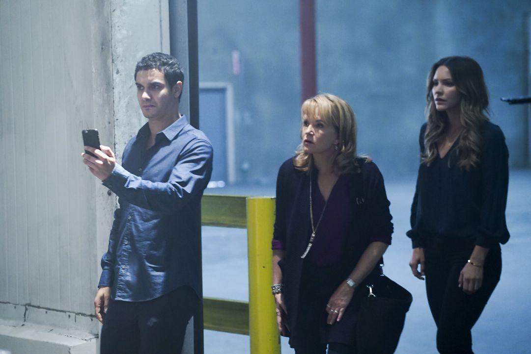 Kann Veronica (Lea Thompson, M.) helfen, als Walter (Elyes Gabel, l.), Paige (Katharine McPhee, r.), Slyvester und Cabe bei einem Auftrag hinters Li... - Bildquelle: Monty Brinton 2016 CBS Broadcasting, Inc. All Rights Reserved.