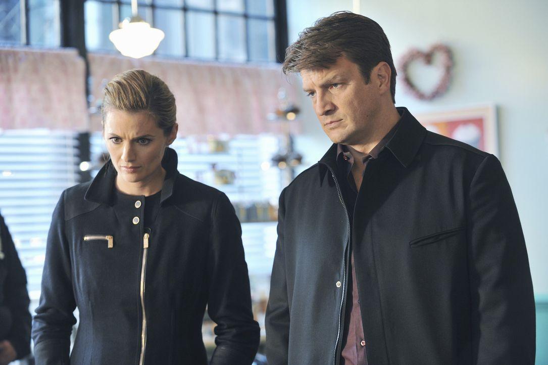 Castle (Nathan Fillion, r.) und Beckett (Stana Katic, l.) ermitteln im Mordfall des Cupcake-Bäckers Jimmy, der kopfüber in einer Teigrührmaschine... - Bildquelle: ABC Studios
