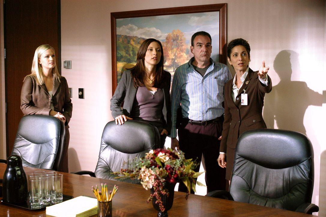Da die Spur des Täters in ein Krankenhaus führt, wird Cheryl Marston (Nike Doukas, r.) von Jason Gideon (Mandy Patinkin, 2.v.r.), Elle Greenway (Lol... - Bildquelle: Gale Adler Touchstone Television