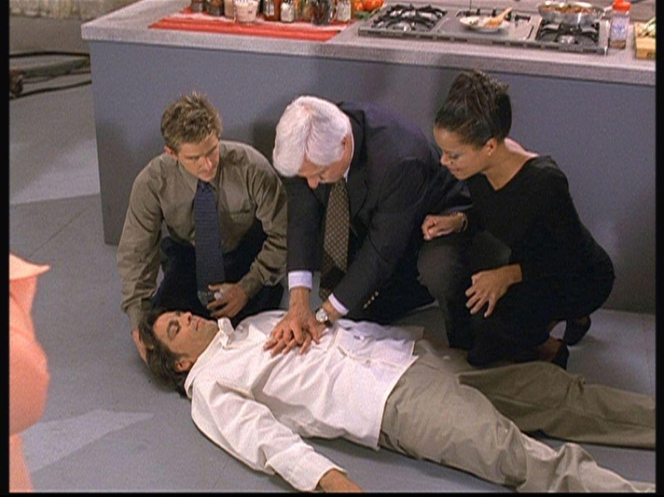 (v.l.n.r.) Jesse (Charlie Schlatter), Mark (Dick Van Dyke) und Amanda (Victoria Rowell) versuchen vergebens, Fernsehkoch René (Julian Stone) wiederz... - Bildquelle: Viacom